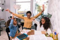 Insegnante della scuola materna e due ragazze prescolari dopo riuscita classe fotografie stock libere da diritti