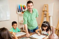 Insegnante di arte ispano con i suoi studenti Immagine Stock