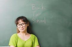 Insegnante di bellezza che sta nell'aula Fotografie Stock Libere da Diritti
