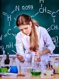 Insegnante di chimica all'aula Fotografia Stock Libera da Diritti