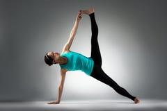 Insegnante di forma fisica di yoga che mostra posa di difficoltà Fotografie Stock