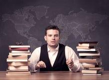 Insegnante di geografia allo scrittorio Immagine Stock