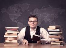 Insegnante di geografia allo scrittorio Immagini Stock