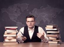 Insegnante di geografia allo scrittorio Fotografia Stock Libera da Diritti
