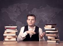 Insegnante di geografia che si siede allo scrittorio dell'aula Fotografie Stock Libere da Diritti