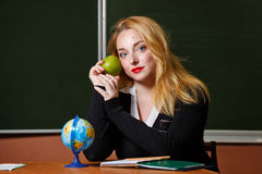 Insegnante di geografia che tiene una mela verde Fotografie Stock