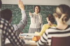 Insegnante di medio evo nella lezione davanti ad insegnamento della lavagna Fotografie Stock