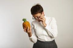 Insegnante divertente con un ananas Fotografia Stock Libera da Diritti
