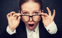 Insegnante divertente sorpreso nelle grida di vetro Fotografie Stock Libere da Diritti