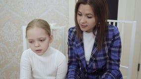 Insegnante e bambina della giovane donna che sinning insieme e che giocano il piano archivi video