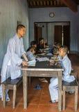 Insegnante e giovani monaci dei ragazzi che studiano nell'aula a Budd reale Fotografia Stock