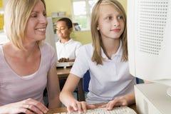 Insegnante e scolara che studiano su un calcolatore Fotografie Stock Libere da Diritti
