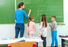 Insegnante e studente alla lavagna, classe di per la matematica Fotografia Stock Libera da Diritti
