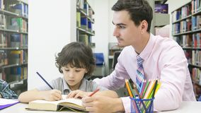 Insegnante e studente del chirld che impara e che assorbe il fischio di colore Immagine Stock Libera da Diritti
