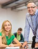 Insegnante e studente sorridenti in aula Fotografie Stock