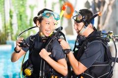 Insegnante e studente in una scuola di immersione subacquea immagini stock libere da diritti