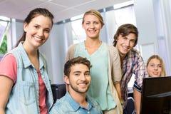 Insegnante e studenti femminili felici del computer Immagini Stock Libere da Diritti