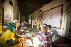 Insegnante e studenti nella lezione alla scuola di Jagadguru Immagini Stock