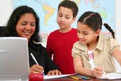 Insegnante ed allievi immagini stock libere da diritti
