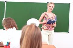 Insegnante ed allievi in aula Immagine Stock Libera da Diritti