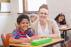 Insegnante ed allievi che sorridono alla macchina fotografica Fotografia Stock Libera da Diritti