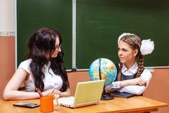 Insegnante ed allievo nella classe di geografia Immagine Stock Libera da Diritti
