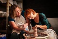 Insegnante ed allievo nello studio dell'argilla Fotografia Stock