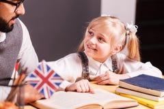 Insegnante Explaining English Material Fotografia Stock Libera da Diritti