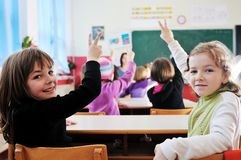 Insegnante felice nell'aula del banco Immagini Stock