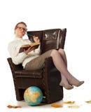 Insegnante femminile che si siede in poltrona Fotografia Stock