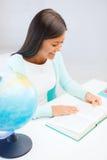 Insegnante femminile con il globo ed il libro Fotografia Stock