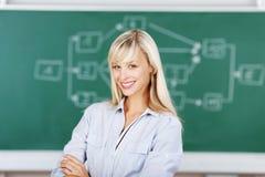 Insegnante femminile con le armi attraversate Fotografia Stock