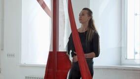 Insegnante femminile di ballo del palo che prepara per la classe A Fotografia Stock Libera da Diritti