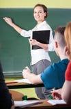 Insegnante femminile durante il lavoro Immagini Stock