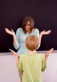Insegnante femminile ed allievo maschio Immagini Stock Libere da Diritti