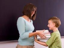 Insegnante femminile ed allievo maschio Immagini Stock