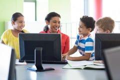 Insegnante femminile felice con i bambini Immagine Stock
