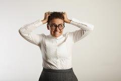 Insegnante femminile frustrato in vestiti conservatori Immagini Stock