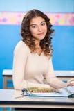 Insegnante femminile With Popup Book che si siede dentro Fotografia Stock