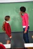 Insegnante femminile Teaching Mathematics To adolescente Fotografie Stock Libere da Diritti