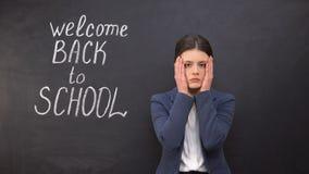 Insegnante frustrato che fa facepalm, deludente con l'occupazione indietro, a scuola stock footage