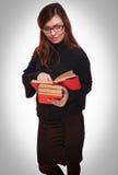 Insegnante grigio della donna con i vetri che legge un libro sul bianco Immagine Stock Libera da Diritti