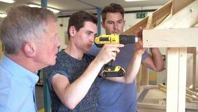 Insegnante Helping College Student che studia carpenteria archivi video