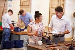 Insegnante Helping College Students che studia impianto idraulico immagini stock libere da diritti