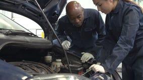 Insegnante Helping Female Student che si prepara per essere meccanico di automobile archivi video