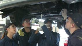 Insegnante Helping Students Training da essere meccanici di automobile video d archivio