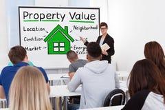 Insegnante maschio Teaching Property Value agli studenti Fotografie Stock Libere da Diritti