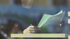 Insegnante musulmano della donna che controlla compito degli studenti, occupazione delle donne, istruzione stock footage