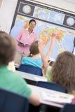 Insegnante nel codice categoria di geografia della scuola elementare Immagine Stock