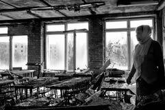 Insegnante nella sua precedente aula nella città di Pripyat Fotografia Stock